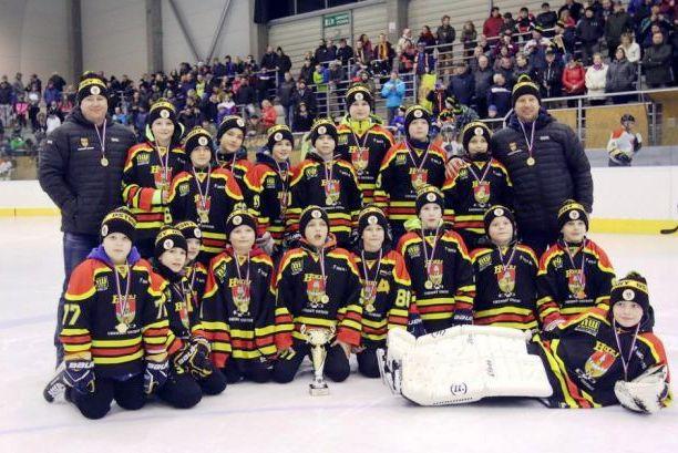 64c240680758a Mladší žáci HOKEJ Uherský Ostroh měli letos velmi vydařenou sezónu, když  dosáhli historického úspěchu v podobě vítězství v Lize mladších žáků  Zlínského ...